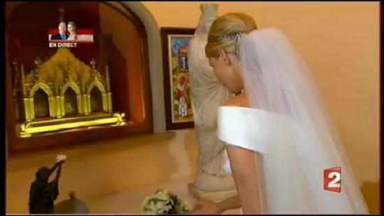 Charlene dépose son bouquet à Sainte-Dévote